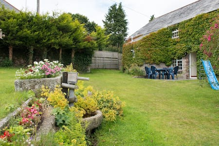 Listed Cornish farmhouse near A30. - Launceston - House
