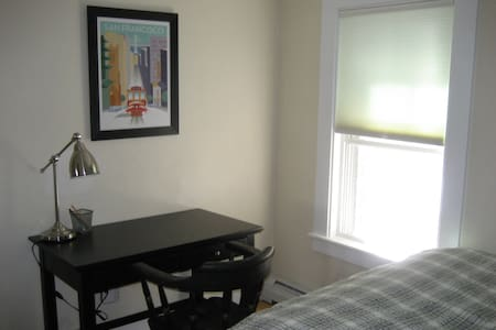 One bedroom in a 3 BR 2 bath house on a quiet dead-end street in Lebanon, 8 min from DHMC and walking distance from APD. Furnished with a full size bed, closet, dresser, and desk.  Perfect for traveling nurse or allied health professional!