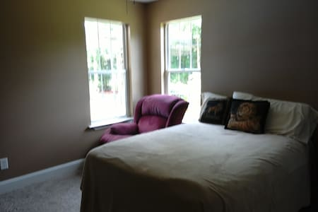 Nice bedroom available - Perry