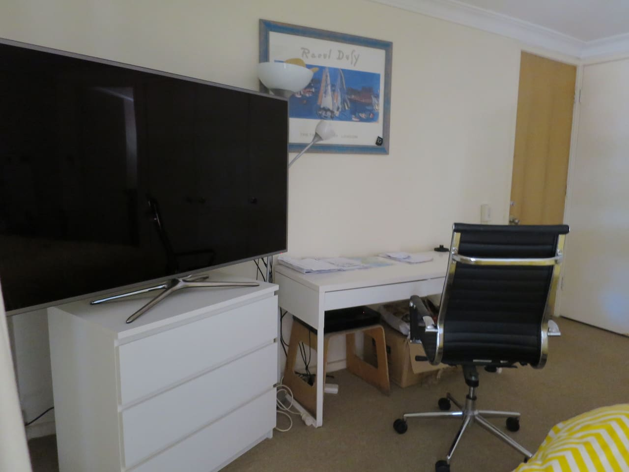 Large room with desk, WIFI, balcony, (smaller TV)