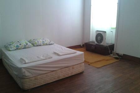 acogedora habitacion con cama doble