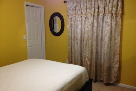 Cozy, spacious home: Room for rent - Orange Park - House