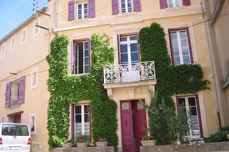 Helle geräumige Wohnung + Terrasse