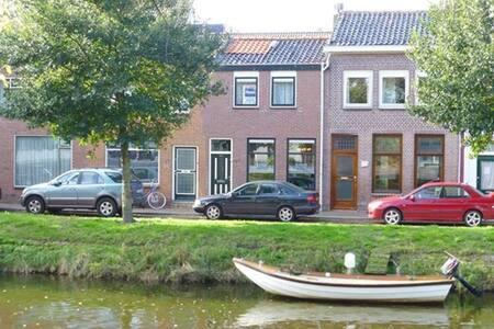 Grachtenwoning met uitzicht op Willemsoord - Den Helder - Townhouse