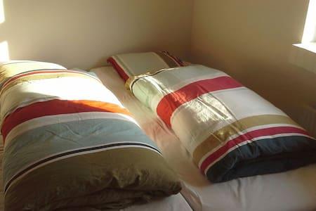 2 vær, 4 senge,babyseng og eget bad - Hinnerup