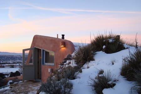 Artsy Earthship- Taos Mountain View - Dům v zemi