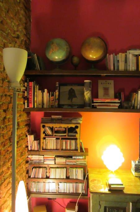 musica e libri in soggiorno