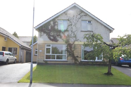 Newly refurbished (May 2015) 4 bed house available in the Newcastle area of Galway city.