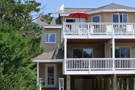 LBI beach-block home with 2 master suites! - Hus