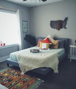 Large, cozy room & bath near all the best of CLT! - Charlotte - Ház