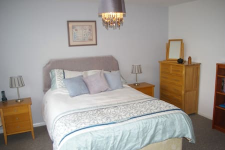 Master Bedroom with ensuite near centre Aylesbury - Huis