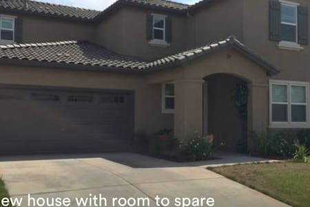 Room in new home 20mins from Sac - Elk Grove - House