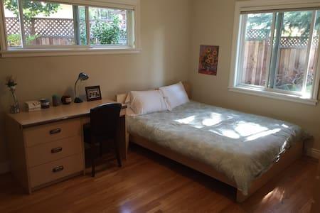 Queen bedroom in quiet home in Silicon Valley - Los Altos - House