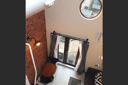 Newly decorated and furnished, a cozy 16 sqm 3rd floor place tucked into a quiet street just off the main Meguro drag. 10 mins walk from the Meguro station and 4 minutes walk to Meguro River. Perfect for a couple or single traveller.