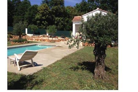 maison au calme avec piscine - Casa