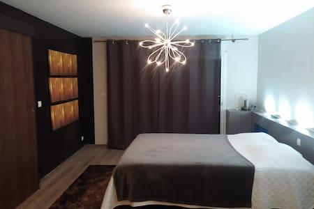grande chambre tout confort/pet déj - Dom