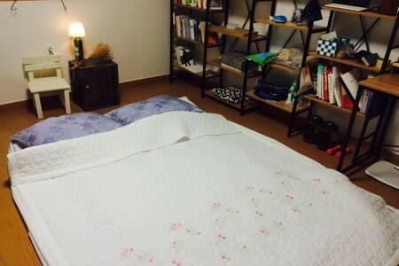 깨끗한 방과 침구, 마당, 저렴이
