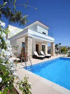 New, luxury seaside villa with private pool. - Villa