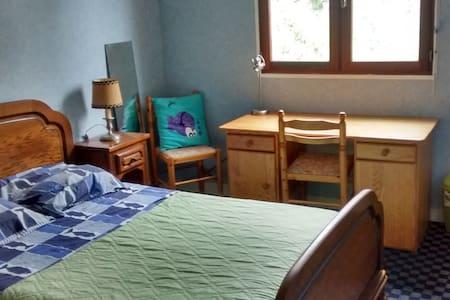 Chambre à l'étage de notre maison - Dům