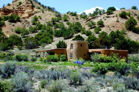 Adobe at the Edge of Wilderness - Dixon - Hus