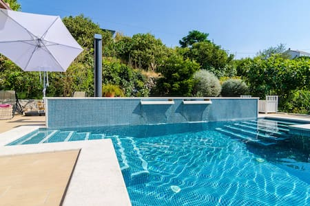 A stylish two bedroom villa apartment with pool - Lakás
