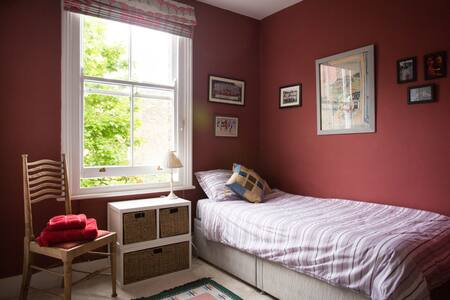 Quiet and pretty single bedroom