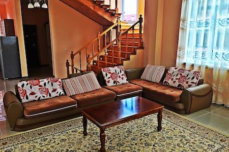 A Lovely room in 3 fl. house on the 1st beach line - Casa