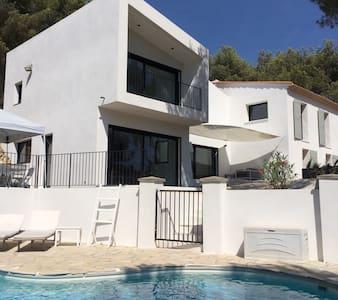Villa avec piscine dans une pinède - Hus