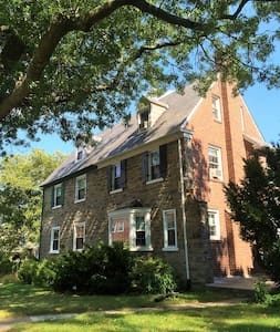 Colonial-1.5 miles from Pope's pad - Merion Station - House