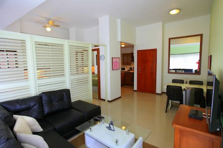 Executive apartment, steps to beach - Daire