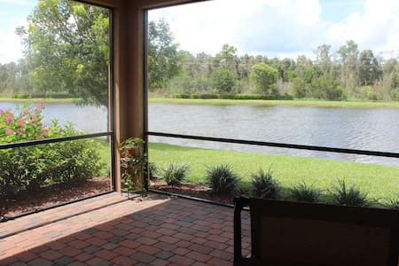 Serene getaway on the lake - House