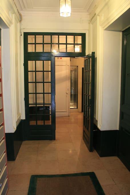 Building Hallway (Entrée de l'immeuble)