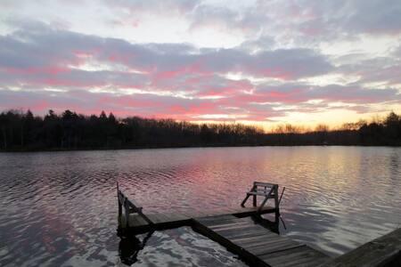 Lakefront Cozy Getaway
