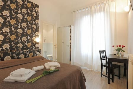 Cosy Room in heart of Florence WIFI