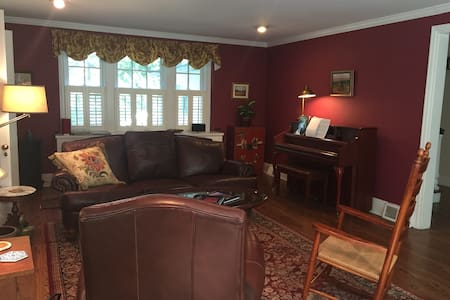 Updated Classic, walk to Pope - Merion Station - House