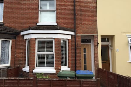 Attractive room to let in Shirley