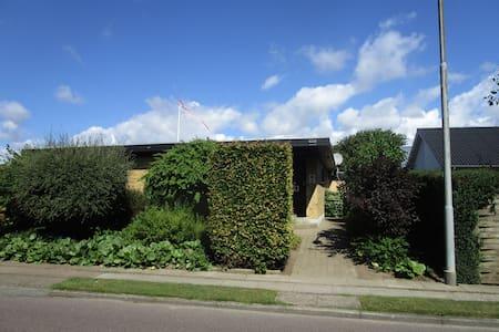 Kælderlejlighed, rolige omgivelser og egen indgang - Casa