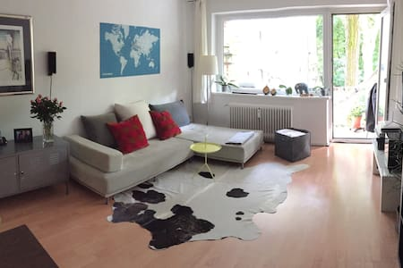 Comfortable apartment located in the lively Schanze-Area next to a park. Although there are lots of nice shops, bars and cafes just around the corner it is very relaxed and quiet. Everything in walking distance (5 min to subway station)