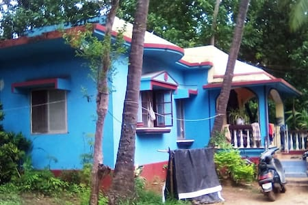 """House with two bedrooms (one with air conditioning), 2 bathrooms, fully equipped kitchen. The house is located in a popular location near the restaurant """"Bora Bora"""", only 5 minutes walk to the beach to the best beach in North Goa - Morjim"""