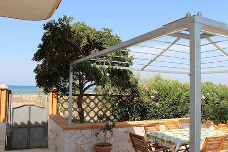 Unique charming Villa in scenic bay - Hus