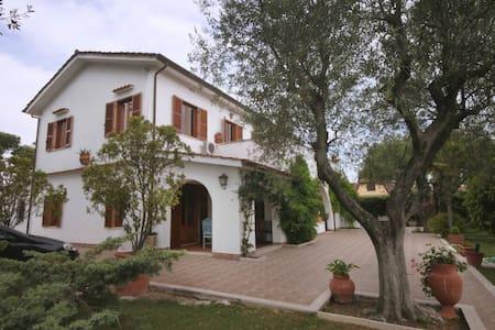 Camere in splendida villa -  Tor San Lorenzo Ardea - Villa