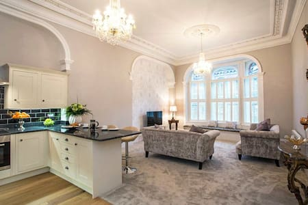 Heart of York! Historic & Luxurious Central Room - Apartment