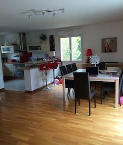 Chambre dans une maison agréable T5 avec piscine - House