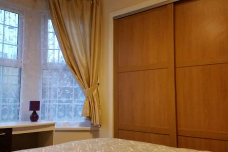 Room near station 20 min to Central - House