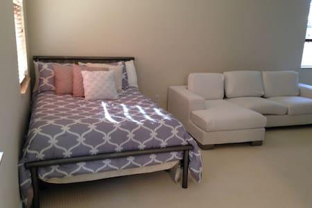 1 Bed/1 Bath 450 sq ft Studio Apt