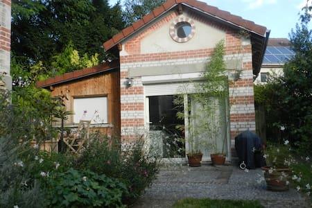 Independent room in a garden - Hus