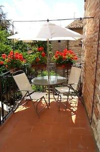 La casetta col terrazzino nel centro di Gubbio - Gubbio