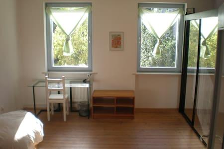 Zimmer in einem zentralen und ruhigen WG-Haus - Kassel - Casa