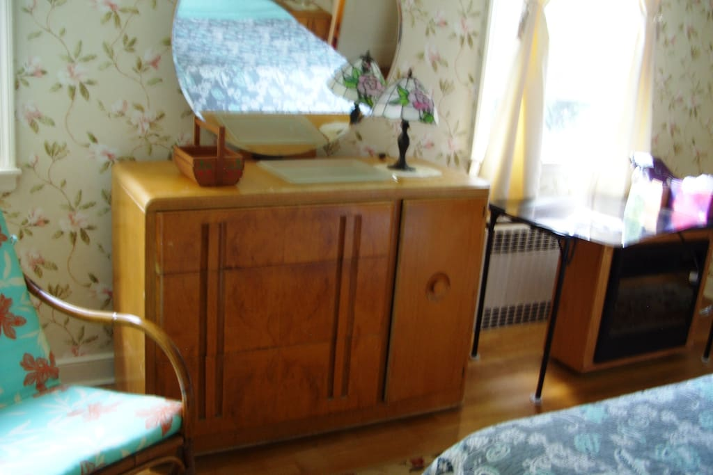 Tigre-Maple 40s dresser with round beveled mirror and faux Tiffany lamp