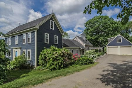 Spacious Farmhouse Midcoast Maine. Sleeps 8. - Ház